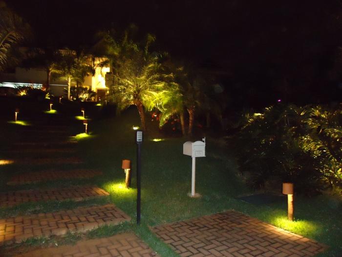 com 700 × 525 em Iluminação de jardim – Barra da Tijuca – RJ